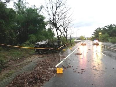 大雨失控自撞起火   送羊奶小貨車駕駛被燒成焦屍