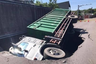 支援救災車輛「陷坑」國賠糾紛 業者到南市府抗議