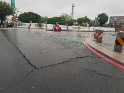 疑大雨影響 屏東市萬福橋路面出現裂縫