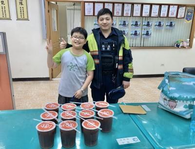 警助找回愛貓「饅頭」幫照顧 男童掏零用錢買飲料報恩