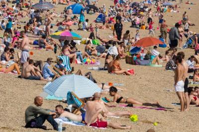 武漢肺炎》鬆懈?英國放寬防疫限制 各地海灘湧人潮