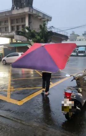 關西大雨!他霸氣撐「大傘」反制 網友見照笑翻