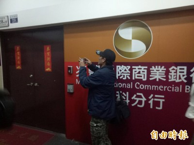 兆豐銀行中科分行遭搶 歹徒持槍劫走19萬餘元逃逸
