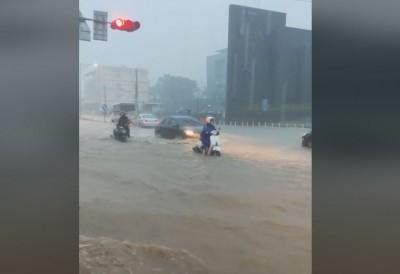 高雄樹德科大外變「洪水世界」 網PO影片:多人跌倒車子拋錨