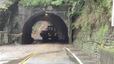 中橫裡冷路段大坍方 雙向車輛大排長龍