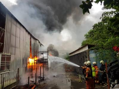 楊梅倉庫清晨全面燃燒  吞噬鐵皮屋