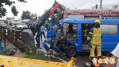 公路局公務車自撞橋墩 司機夾困車內20分鐘後獲救