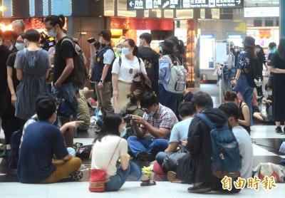 400多人坐爆北車大廳抗議永久禁席地而坐  台鐵:規劃多元需求方案
