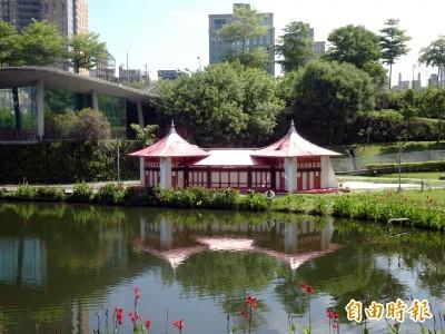 秋紅谷出現「紙紮屋」? 中市:是台灣燈會留下的燈組