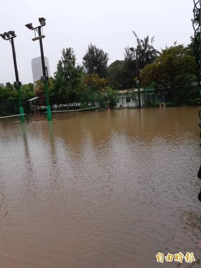 高雄淹水退很快?中央公園網球場成水池竟2天未退