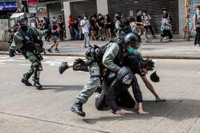 港警闖商場「疊羅漢」壓制群眾 女記者拍攝遭熊抱架開