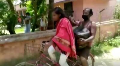 武漢肺炎》沒錢!印度15歲少女騎單車載傷父1126公里返鄉