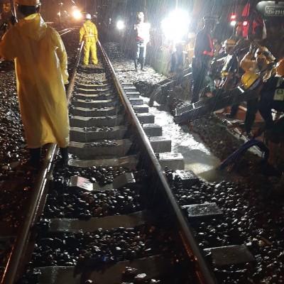 快訊】豪雨掏空路基 台鐵台南=保安雙線不通列車延誤