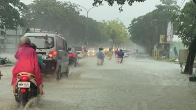 雨炸高雄 鳥松神農路又積水了