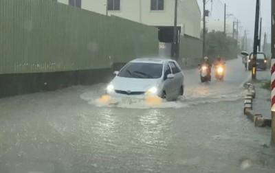 高雄豪大雨三國通道草衙、金福路積水 接國一北上匝道封閉