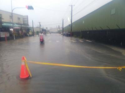 李四川去年勘查過 仁武區永宏巷仍二度淹水「封巷」