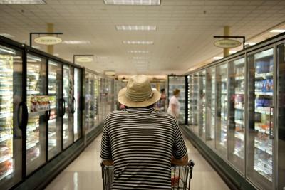 美女逛超市沒戴口罩民眾包圍怒罵驅趕 影片曝光百萬次瀏覽
