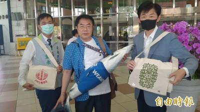 穿黑琵襯衫、背虱目魚包!黃偉哲曝光陳時中明訪台南穿著