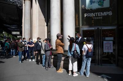 憋太久了!法國春天百貨重新開業 民眾排隊等血拚