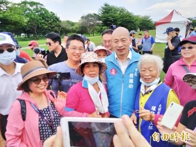 缺席罷韓說明會 韓國瑜下鄉對合照簽名來者不拒