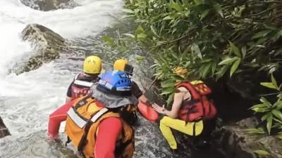 一家五口雙溪爬山 父為救女兒被暴漲溪水沖走
