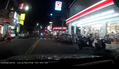 小孩衝出馬路險撞到!男駕駛大吼狂電家長 網讚翻