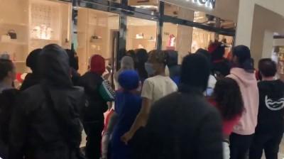 非裔男之死抗爭蔓延 波特蘭警局被火燒、精品遭洗劫