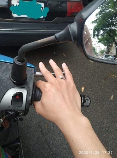 騎車半路被「鑽戒」砸到!網友笑翻:牠在向你求婚
