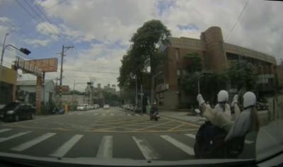 超驚悚影片曝光!女大生騎車雙載 乘客後空翻墜地拖行