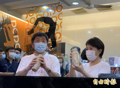 示範「戴口罩喝珍奶」 陳時中不忘提醒:飯後要刷牙
