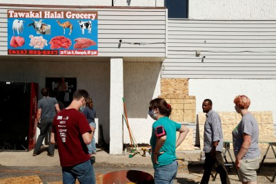 示威變調! 美國非裔雜貨店老闆 懇求暴徒別放火燒店面
