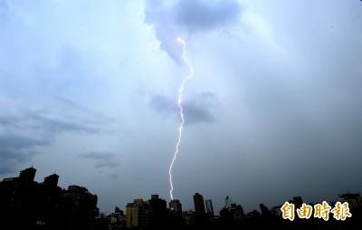 新北、宜蘭出現密集閃電 氣象局發布大雷雨警示