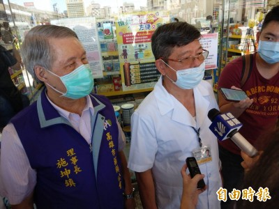 口罩管制禁令今起解除 韓國瑜贈感謝狀給售防疫口罩藥師