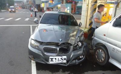 台中BMW、豐田對撞「炸彈開花」 4車受損3送醫