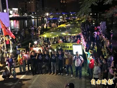 罷韓今夜出新招 上千手電筒瞄準布條「照亮民主」