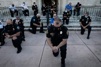 全美示威下的溫馨畫面 多名警長單膝跪地與民同祈禱