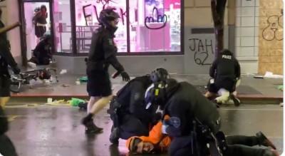 太敏感! 美國又有警察用膝蓋壓制民眾 同事見狀秒移開