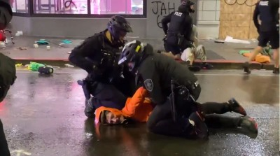 西雅圖警抓人膝壓頸動作再現 一旁群眾怒吼:快移開膝蓋