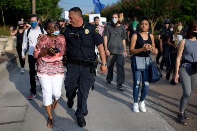 美國警察也加入示威反歧視 休士頓警願護送死者遺體回家