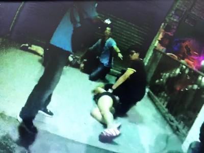 毒鴛鴦開車狠撞中市警 遭壓制畫面曝光