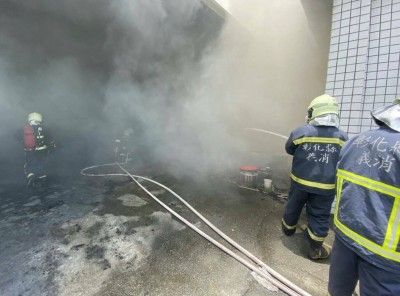 沖天炮趕鳥釀禍?彰化稻田旁紡織工廠失火 5汽機車燒毀