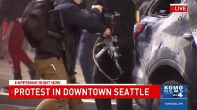 美示威者砸警車奪AR-15步槍 被前特種部隊1秒搶回