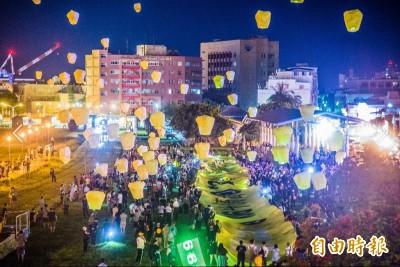百顆天燈升空祈福 罷韓團體與市民吶喊「高雄撐香港」