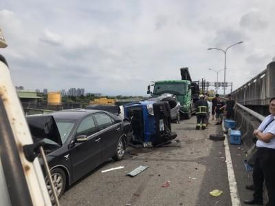 國一接台64線匝道8車連環撞2駕駛受傷  事故現場管制中