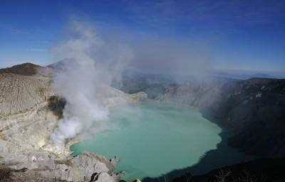 為了26年友誼拚了! 情義男跳世界最酸火山口湖撈屍