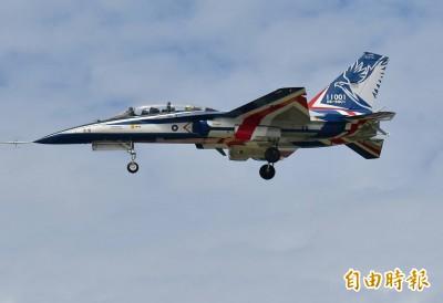 獨家》「勇鷹」高教機首度試飛 軍事迷搶拍