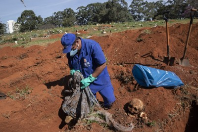 疫情糟到無處下葬!  巴西聖保羅宣布挖屍骨「騰空間」