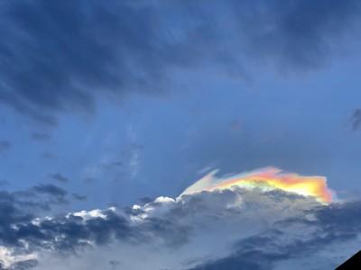 罕見!白雲被染炫麗色彩 宜蘭驚見超廣超美「彩虹雲」