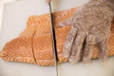 北京新疫情意外戳破「假鮭魚」!餐廳:經查我們的叫虹鱒