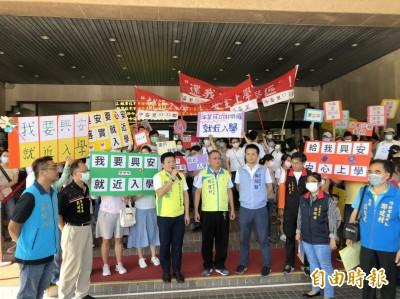 竹北成功國中學區劃分惹議 上百家長到縣府陳情